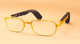 成人が使う骨導補聴器がメガネ型