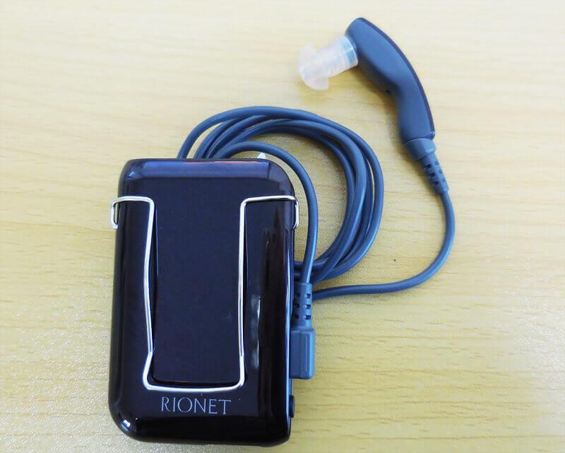 ポケット形補聴器、主にご年配の方や手先の不自由な方が使用する