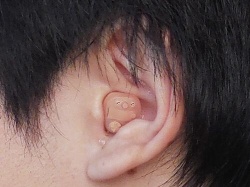 耳あな形のクロスをいれたイメージ。おおよそこのくらいのサイズになる