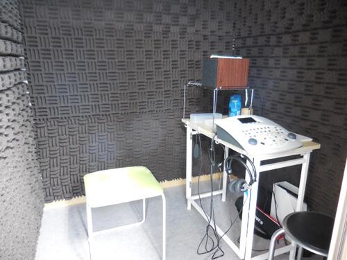 聴力測定を行う防音室、聴力測定の他、語音明瞭度測定もこちらで行う
