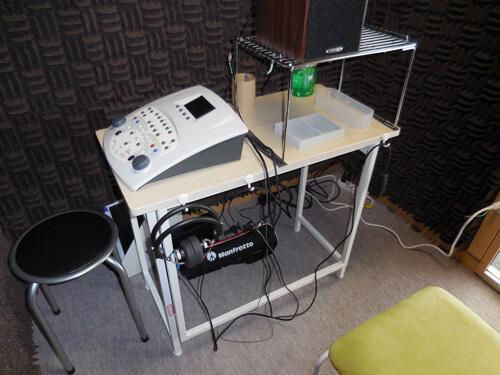 防音室で聴力を測定する