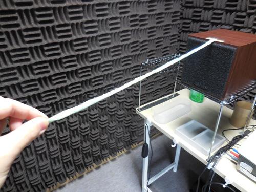 音は出す位置や距離によっても大きく変わる。比較できるよう長さを決めたヒモを使い、決められた位置で測定を行う。