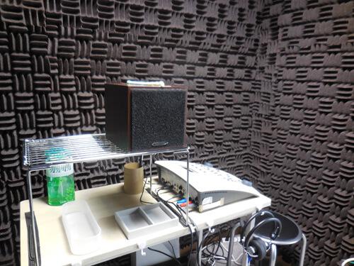 補聴器を装用して、このスピーカーから出す音がどれだけ聞こえるか。それを調べるのが、音場閾値測定となる。
