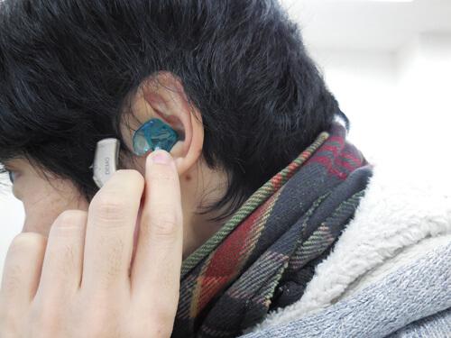 イヤモールドの場合は、先に耳の穴の中に先端部分を入れる