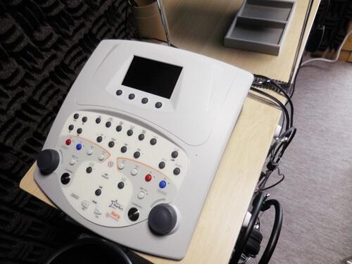 聞こえを測定するオージオメーター