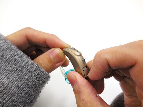 補聴器の電源を切る場合、電池を開く