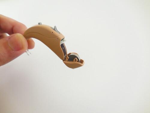 基本的に使われるのは、重度難聴用耳かけ形のみ。その他には、人工内耳にも使われる