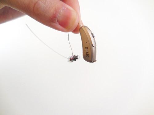 RIC補聴器も同様で、耳の中に入れる部分に白いフィルターが付いている。ここが詰まると聞きにくくなるので、耳垢が多い人は、聞きにくくなりやすかったりする。