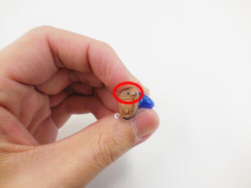 小さい耳あな形補聴器は、形状の都合により一つが多い。