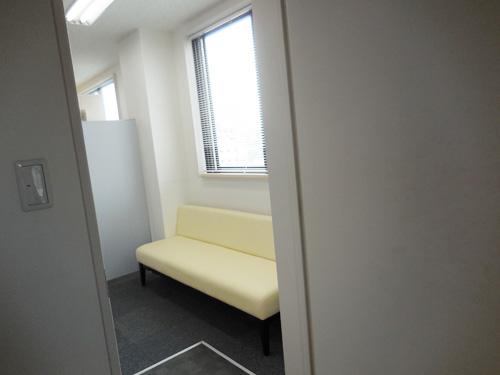 入り口近くには、待合室があるので、入り口からソファーが見える