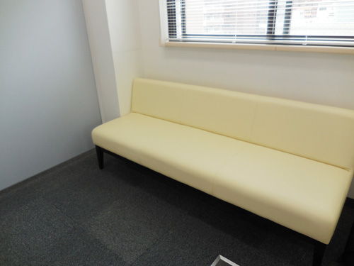 待合室には、ソファーを用意。4人くらい座れる