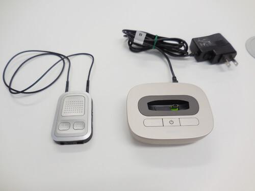 左側の機器を首からかけ、テレビリンクと呼ばれる右側の機器は、テレビに繋げる必要がありました。首にかけて使用するのが、意外にも、面倒でした。