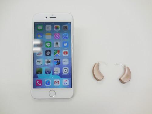 補聴器は右側。一般的な耳かけ形タイプがこちら。