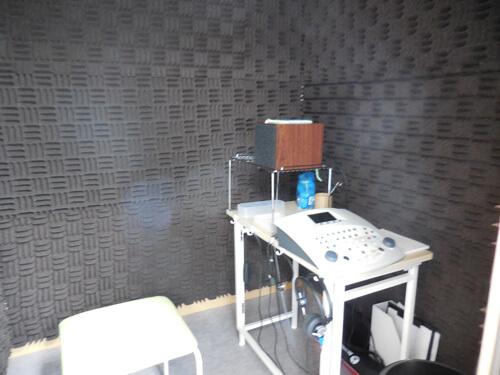 防音室の中、様々な道具が並んでいる