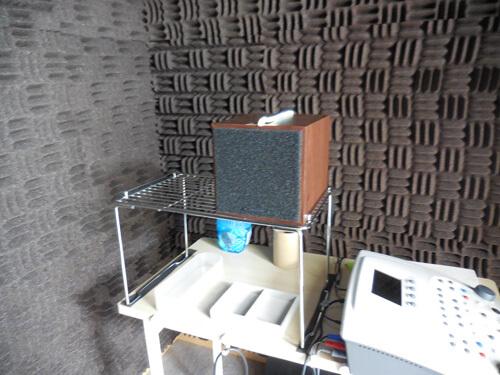 音場閾値測定の場合は、スピーカーを使う。補聴器を装用した状態の効果測定は、全てスピーカーを使って調べる。