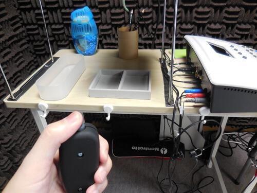 音場閾値測定の場合は、スピーカーから音を出し、聴力検査同様、聞こえたらボタンを押してもらう測定