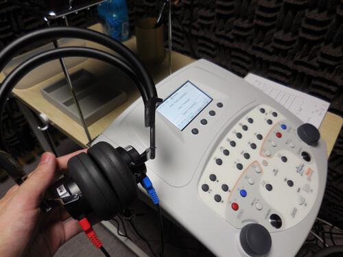 ヘッドホンで調べるケース、こちらは、各耳の最良値を調べる際に行われる