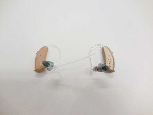 耳かけ形の補聴器とクロスのイメージ。使用していたのは、このような状態。