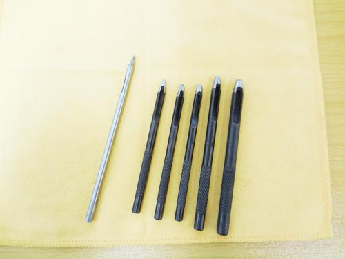 ポンチと呼ばれる穴を空ける道具。耳せんを加工するには、必須の道具。