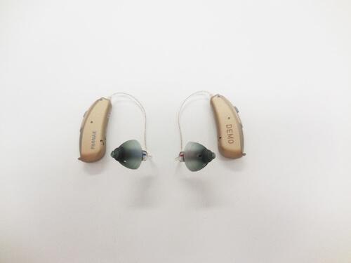 耳かけ形にもいくつか種類があり、その中の一つが、RIC(リック)の補聴器。小さく、耳に乗っているのが、自然に見えるのが特徴。