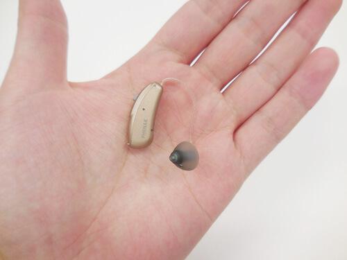手に乗せるとこのようなサイズ。補聴器の中では、小さい部類に入る。