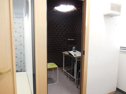 音場閾値測定も防音室の中で行われる。