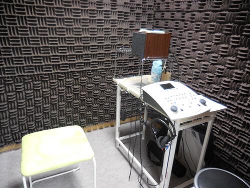 補聴器の効果を調べる部屋は、このような防音室の中になる。そうではないとなかなか明確に効果を調べることができない。