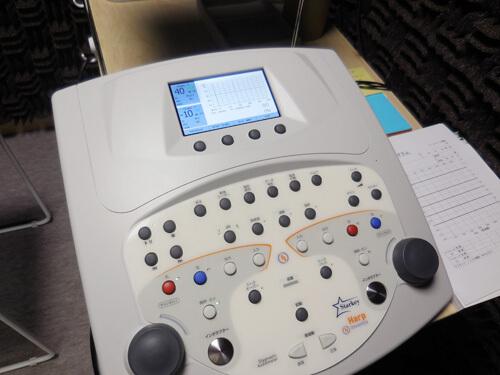 当店の場合は、おなじ機械で測定ができるもの。一般的には、明瞭度を測定するものと聴力を調べられる機器は、別々に用意されていることが多い。