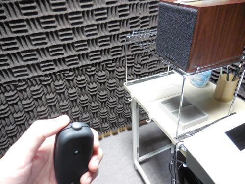 聞こえたらボタンを押す。やり方は、聴力検査そのものと同様。