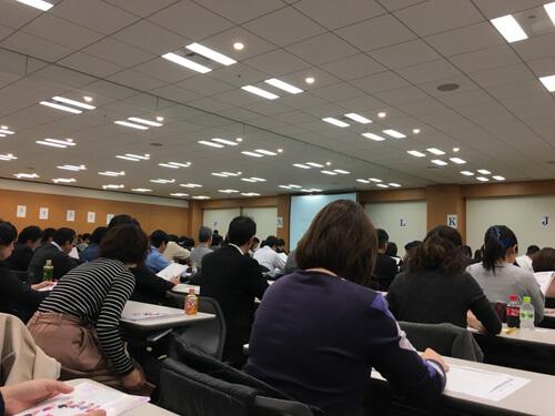 会場の様子。300〜400人ほどが一つの会場に集まった。