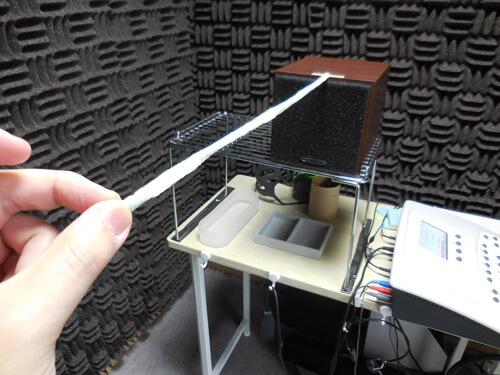 測定する際は、必ず人とスピーカーの距離を一定に保つ。音は、離れれば音が異なって聞こえるため、どのように測定するかが重要となる。