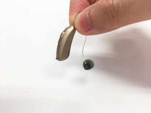 RIC補聴器とは、補聴器と細いチューブのようなものが一体化した補聴器です。