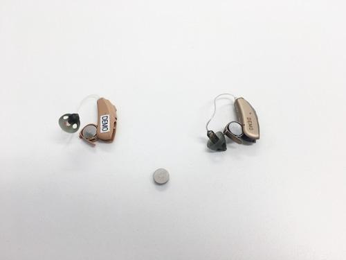 電池は、補聴器用の電池があり、ボタン電池を使用して、使います。