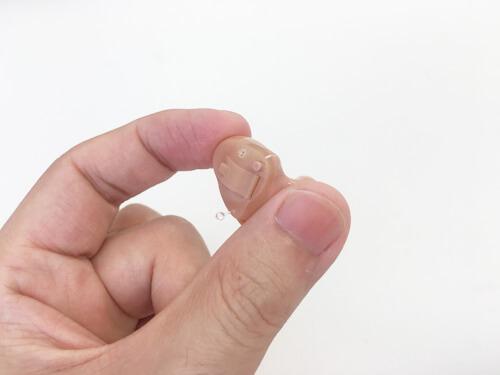 耳あなクロスの場合は、基本的に耳の形に合わせて作るため、痛みを感じるケースは、ほとんどありません。仮にあった場合は、再作期間があるので、その期間内に修正するといいでしょう。