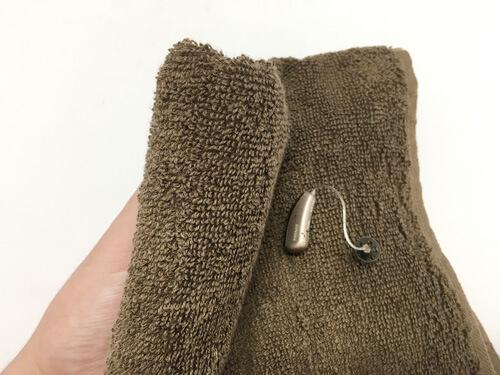 タオルで拭く場合は、普通にそのままタオルでふけば大丈夫です。