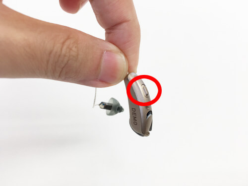 小さいタイプの耳かけ形補聴器の場合は、スイッチのようなところで操作できたりします。※要補聴器側で設定が必要なケースあり。