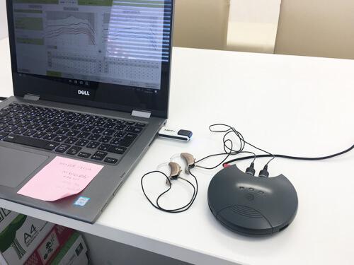 補聴器の調整は、パソコンを使用して、調整していきます。