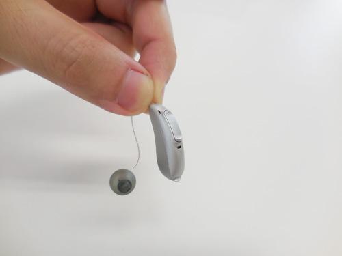 RIC補聴器とは、こんな補聴器。今現在の補聴器の中で、最もこもりや閉塞感、自分の声の違和感を減らせる補聴器です。